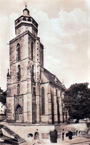 Kirchturm mit Schirnenunterbau des Kirchplatzes